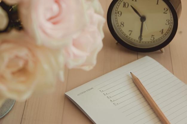 La lista degli oggetti d'azione è scritta su quaderno e matita