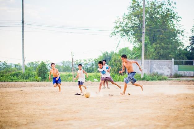 Un'immagine di azione di un gruppo di bambini che giocano a calcio di calcio per l'esercizio.