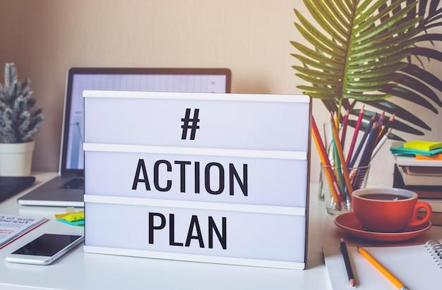 Testo del piano d'azione sulla scatola luminosa sul tavolo della scrivania in ufficio a casa
