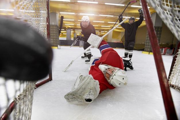 Colpo di azione della squadra femminile che gioca hockey