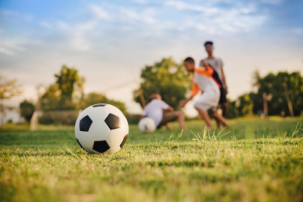 Sport d'azione all'aperto di bambini che si divertono giocando a calcio calcio