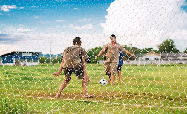 Un'immagine di sport di azione di un gruppo di bambino che gioca a calcio di calcio per l'esercizio.