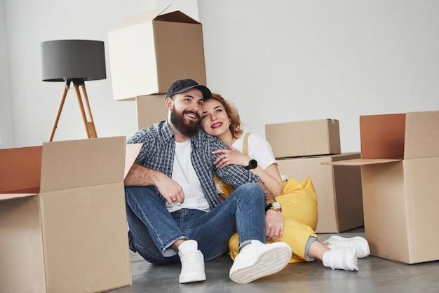 Conversazione attiva. coppia felice insieme nella loro nuova casa. concezione del movimento
