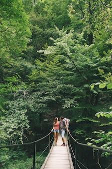 Escursioni attive in famiglia con bambino di 15 anni in marsupio sullo sfondo di una natura slovenia tolmin