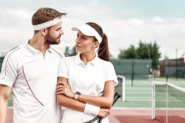 La coppia con uno stile di vita attivo giocherà a tennis
