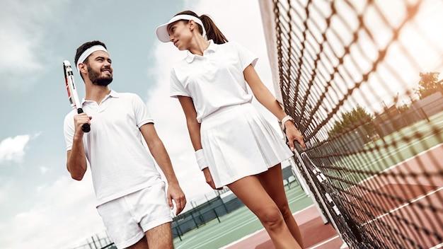 Stile di vita attivo, uomo e donna giocheranno a tennis