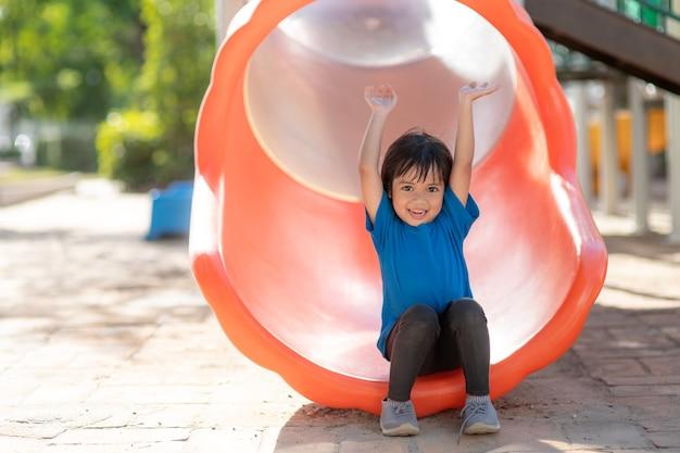 Bambina attiva al parco giochi