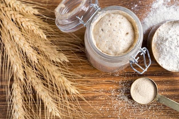 Lievito naturale di segale attivo in un barattolo di vetro per pane fatto in casa