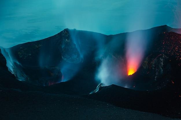 Vulcano attivo in una notte buia