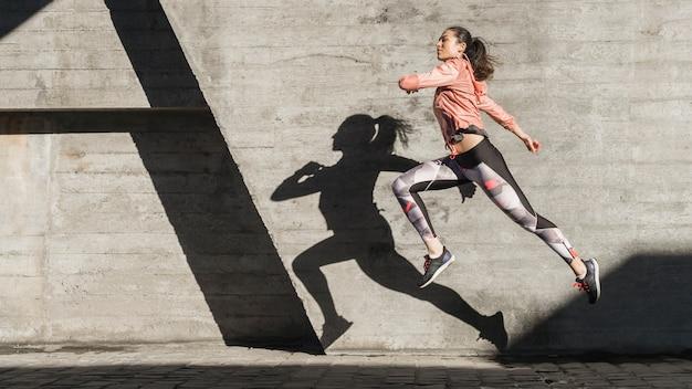 Addestramento attivo della giovane donna all'aperto