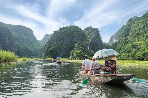 Attività a valle nella valle di montagna in barca