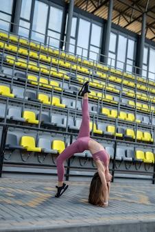 Donna di attività che fa esercizi di stretching fitness. lo sport come stile di vita