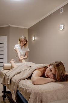 Digitopressione, riflessologia. la medicina naturale, la riflessologia, il massaggiatore per i piedi con digitopressione opprime i punti del flusso di energia.