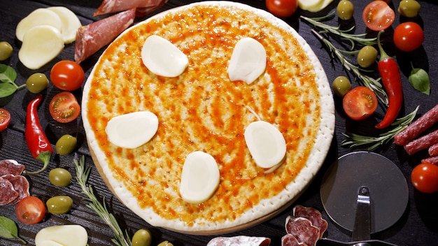 Aggiungere il formaggio alla pizza