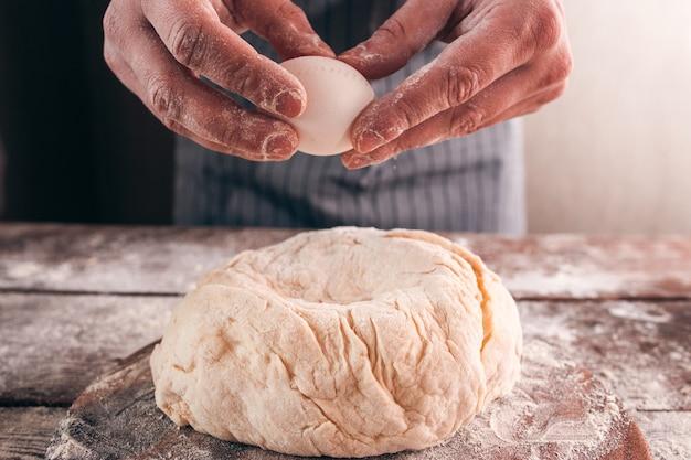 Aggiungendo l'uovo nel primo piano della pasta cruda