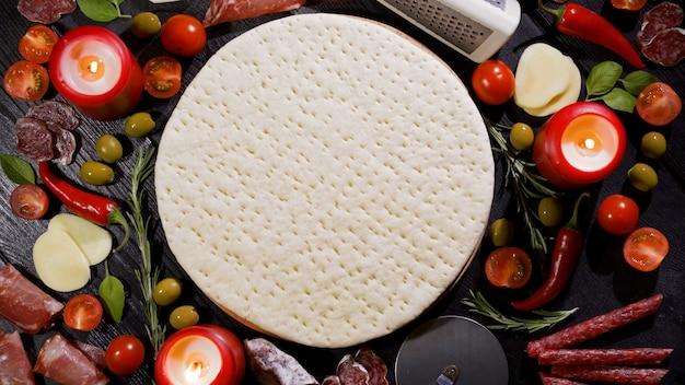 Aggiunta della cornice per la preparazione della pizza italiana in salsa