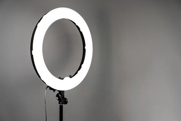 Luce aggiuntiva in uno studio fotografico su grigio