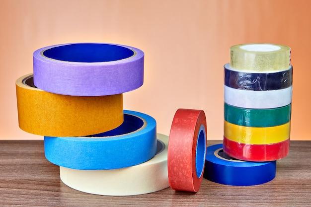 Nastro adesivo in gamma, set di nastro adesivo e nastro isolante.