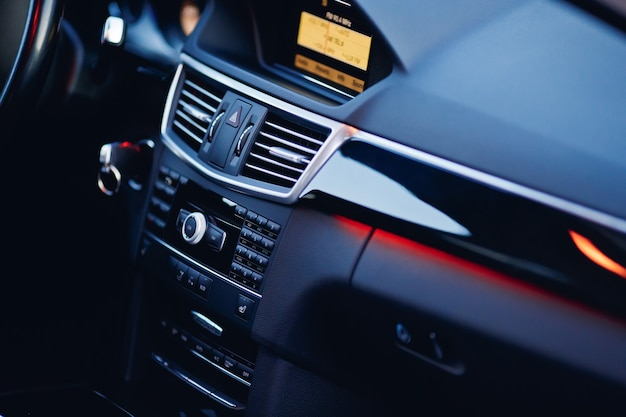 Griglia di ventilazione regolabile sul cruscotto di un'auto moderna.