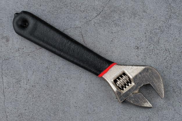 Primo piano della chiave regolabile. utensili manuali in metallo.
