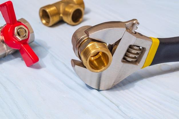 Chiave regolabile con raccordo in ottone su schede blu