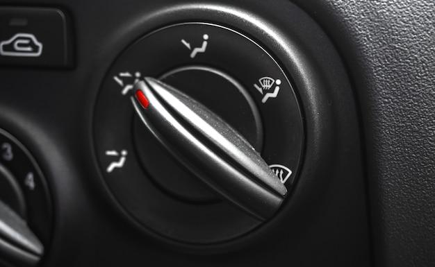Regolazione del riscaldamento in auto, primo piano, interni neri