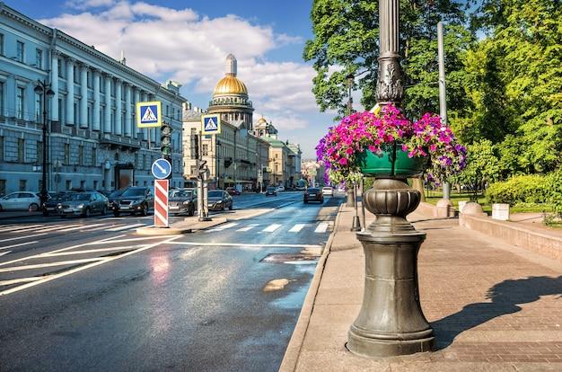 Admiralty avenue a san pietroburgo, decorata con fiori, e la cattedrale di sant'isacco