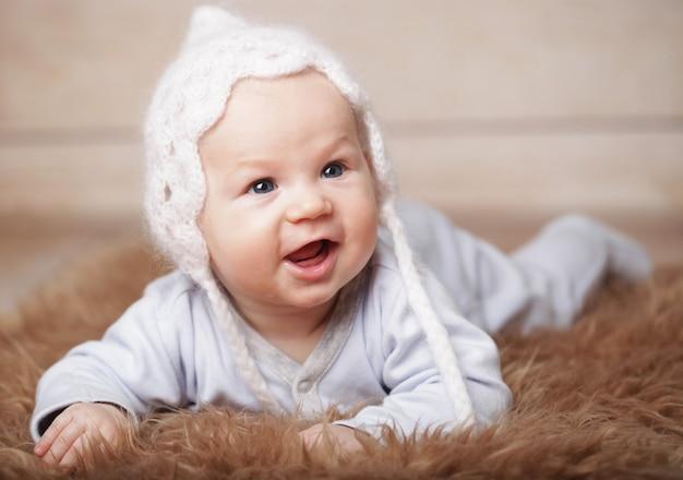 Neonato adorabile con cappello bianco