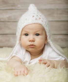 Adorabile bambino con cappello bianco