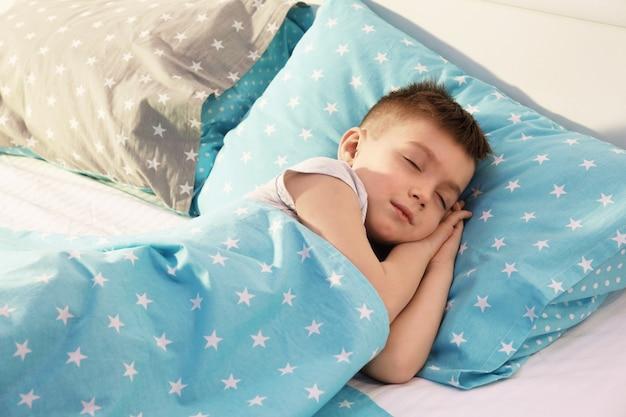 Adorabile ragazzo che dorme nel letto