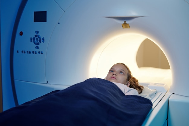 Adorabile bambino che si sposta nella macchina per la risonanza magnetica prima dell'esame