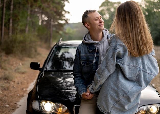 Coppie adorabili che godono insieme viaggio su strada