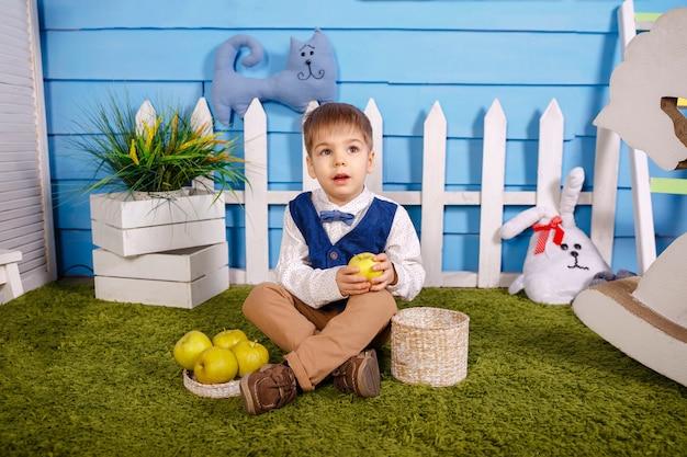 Adorabile ragazzo divertente. picnic nella natura. il bambino sta raccogliendo il raccolto.