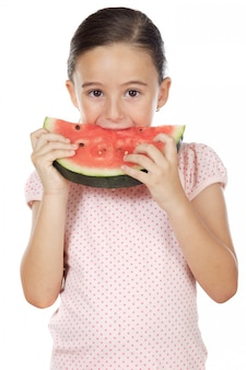Ragazza adorabile che mangia anguria a sopra priorità bassa bianca