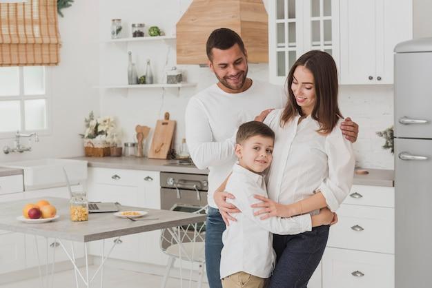 Adorabile famiglia felice insieme
