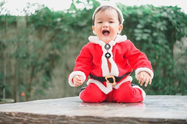 Adorabile bambino in abito di babbo natale