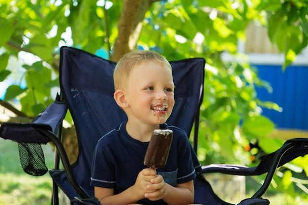 Ragazzino adorabile che mangia il gelato