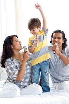 Ragazzino adorabile che canta con i suoi genitori