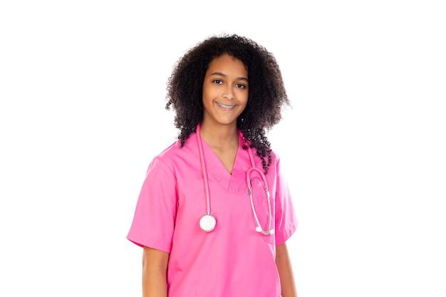 Piccolo medico adorabile con l'uniforme rosa isolata