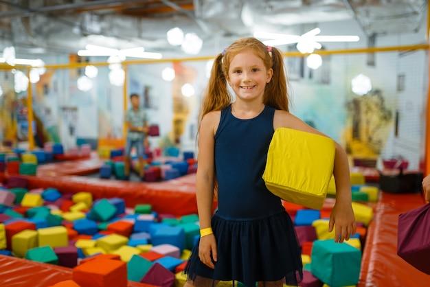 Bambina adorabile che gioca con i cubi molli