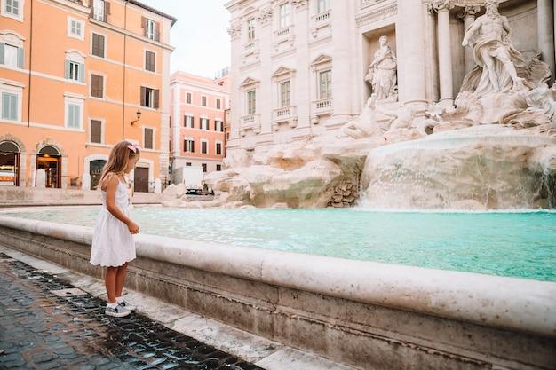 Adorabile bambina fontana di trevi, roma, italia.