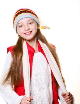 Adorabile bambina con vestiti per l'inverno