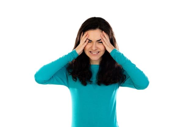 Adorabile ragazza adolescente con maglione blu isolato su un muro bianco