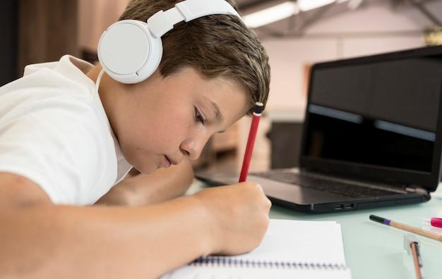 Adorabile ragazzo facendo i compiti