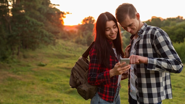 Adorabili giovani coppie che passano in rassegna il telefono cellulare Foto Premium