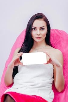 Adorabile giovane donna che tiene scatola con spazio vuoto è possibile inserire testo o logo