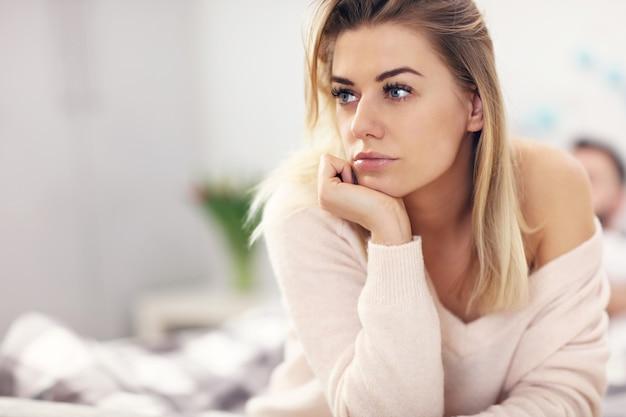 Coppia attraente adulta a letto