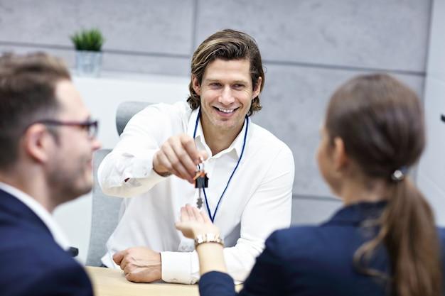 Coppia adulta in ufficio con agente immobiliare