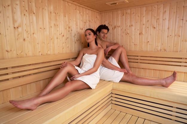 Coppia adulta che si rilassa nella sauna