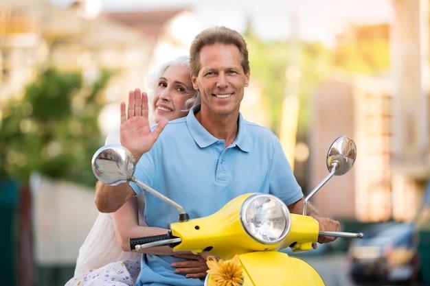 Coppia adulta su uno scooter.